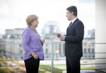 Angela Merkel e il primo ministro croato Milanovic. La cancelliera non era tra i leader europei che hanno partecipato alle celebrazioni per l'ingresso di Zagabria nella Ue (zimbio.com)