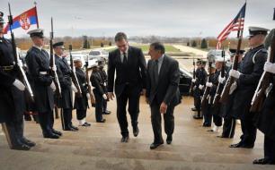 Aleksandar Vucic (a sinistra) con l'ex responsabile della Difesa Usa, Leon Panetta (foto Chuck Hagel, http://bit.ly/1cQnChe)