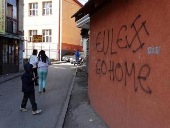 Una scritta contro la missione europea in Kosovo nella parte serba della città di Mitrovica (foto Adam Jones, http://bit.ly/1o0kLtT)